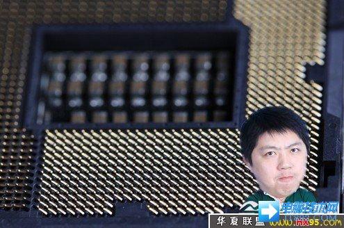 """Intel处理器底座上密密麻麻的全是金属针脚"""