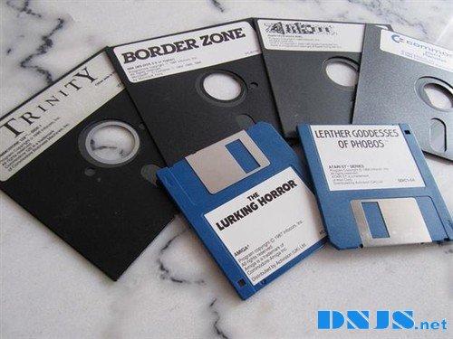 为何电脑分区从C盘开始?AB盘呢? /><br /><strong>5.25寸和3寸软盘是这样子的</strong></p><p>1982年,微软盘业委员会(MIC)统一了3.5寸盘行业标准,3寸盘开始成为主流配置。3.5寸盘的优势在于容量是5.25寸盘的数倍,体积却更小。随着3.5寸盘的出现,双软驱的分布也逐渐变成了5.25寸+3.5寸。</p><p>摩尔定律同样也在硬盘领域生效,随着硬盘技术的发展和价格的下降,硬盘逐渐成为微型电脑主要的存储介质。<strong>前两个盘符已经被软盘驱动器所占用,所以从MS-DOS5.0开始,系统强制将主硬盘主分区命名为C盘,Window诞生后也沿用了这一惯例,此后无论是新增的硬盘分区还是光盘、U盘、<a href=