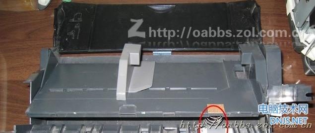 爱普生R230打印机是一款很经典的打印机,很多图片社和打印室都使用这款打印机配合连供系统打印图片。但是这款打印机也有一个通病:搓纸轮打滑,不能顺利进纸。网上有一些此故障的拆修方法,也有替换原装的增强型搓纸轮胶皮销售。我参考了各种维修方法,经过自己的多次实践,总结了一套自己的维修方案。维修方法简便,不需要额外购买任何材料,仅需一张废电话卡就行。维修方法也不难,主要是对搓纸轮的拆解。网上有不少此打印机的拆解教程,不过我觉得都不够详细。下面我把自己拆解的过程和拆解注意事项用图片给大家讲解一下。